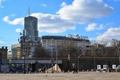 莫斯科,俄罗斯- 2016年3月14日 从Komsomolskaya广场的看法商业中心的Domnikov和给Guta银行做广告 库存图片