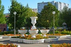 莫斯科,俄罗斯- 9月01 2016年 有万寿菊的花盆在Zelenograd街道上 免版税图库摄影