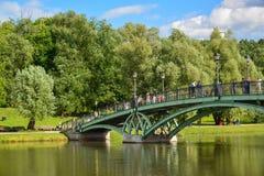 莫斯科,俄罗斯- 6月08 2016年 横跨池塘的人行桥在Tsaritsyno博物馆博物馆  库存照片