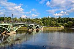 莫斯科,俄罗斯- 6月08 2016年 横跨池塘的人行桥在Tsaritsyno博物馆博物馆  库存图片