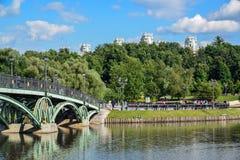 莫斯科,俄罗斯- 6月08 2016年 横跨池塘的人行桥在Tsaritsyno博物馆博物馆  免版税库存照片