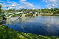 莫斯科,俄罗斯- 6月08 2016年 横跨池塘的人行桥在Tsaritsyno博物馆博物馆  免版税图库摄影
