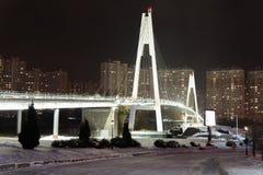 莫斯科,俄罗斯- 12月10 2016年 步行者在晚上缆绳停留了桥梁在Krasnogorsk 免版税图库摄影
