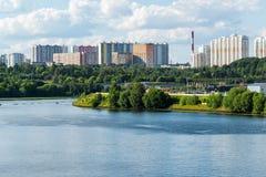莫斯科,俄罗斯- 7月09 2016年 从河的Mitino视图 免版税库存图片
