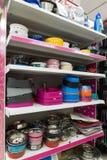 莫斯科,俄罗斯- 4月16 2016年 碗和板材在四个爪子宠物商店 免版税库存照片