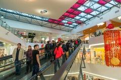 莫斯科,俄罗斯- 10月01 2016年 自动扶梯的人们在购物和娱乐中心加加林 免版税库存图片