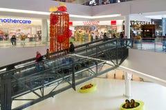 莫斯科,俄罗斯- 10月01 2016年 自动扶梯的人们在购物和娱乐中心加加林 免版税图库摄影