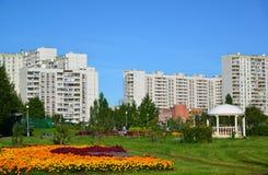莫斯科,俄罗斯- 9月01 2016年 花床在Zelenograd在莫斯科,俄罗斯 免版税库存照片