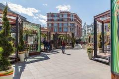 莫斯科,俄罗斯- 5月06 2017年 街道在节日莫斯科春天期间的Kuznetsk桥梁 免版税库存照片