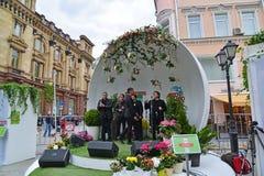 莫斯科,俄罗斯- 5月06 2017年 西乙声音在节日acappella在街道Kuznetsk桥梁的莫斯科春天 库存照片