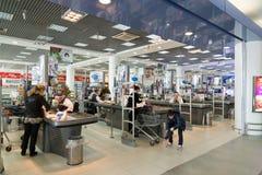 莫斯科,俄罗斯- 4月04 2016年 超级市场结算离开Alye Parusa 免版税图库摄影