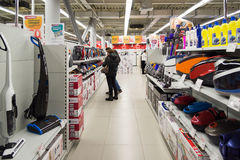 莫斯科,俄罗斯- 2月02 2016年 顾客选择在黄金国,大连锁店卖的吸尘器 库存图片