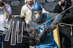 莫斯科,俄罗斯6月06,2016 :两个中世纪条顿人战士军事决斗  充分的装甲的骑士战斗与在竞技场的剑 库存图片