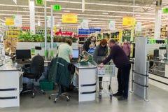 莫斯科,俄罗斯- 3月14 :人们支付物品在李洛埃默林的结算离开 库存图片