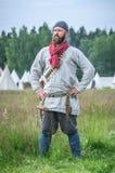 莫斯科,俄罗斯6月06,2016 :古老农民服装的人在草的绿色领域站立 免版税库存照片