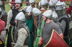 莫斯科,俄罗斯6月06,2016 :古老服装的装甲的战士战斗在战场的 免版税库存图片
