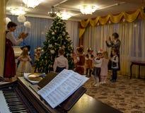 莫斯科,俄罗斯- 12月23,2015 :未聚焦的迷离照片圣诞晚会在12月23,2015的幼儿园在莫斯科,俄罗斯 免版税库存照片