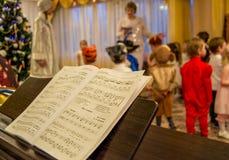 莫斯科,俄罗斯- 12月23,2015 :未聚焦的迷离照片圣诞晚会在12月23,2015的幼儿园在莫斯科,俄罗斯 图库摄影