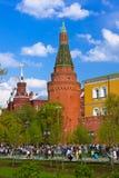 莫斯科,俄罗斯- 5月01 :走的人在20的5月01日,克里姆林宫 免版税库存图片