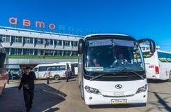 莫斯科,俄罗斯- 4月04 2016年 Shchelkovo汽车站和公共汽车在正方形 免版税库存图片