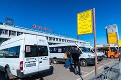 莫斯科,俄罗斯- 4月04 2016年 Shchelkovo汽车站和公共汽车在正方形 免版税图库摄影