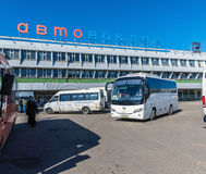 莫斯科,俄罗斯- 4月04 2016年 Shchelkovo汽车站和公共汽车在正方形 库存图片