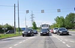 莫斯科,俄罗斯- 05 28 2015 - 汽车站立在红绿灯在Zelenograd 库存照片