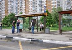 莫斯科,俄罗斯- 05 29 2015年 等待公共汽车的人们在Mitino 库存照片