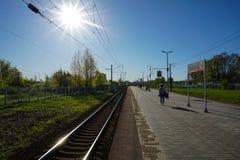 莫斯科,俄罗斯-等火车回家,莫斯科郊外 免版税库存图片