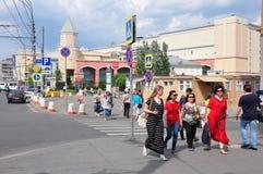 莫斯科,俄罗斯- 15 06 2015年 莫斯科-庭院圆环中央街道的人们,关于地下库尔斯克 库存照片