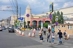 莫斯科,俄罗斯- 15 06 2015年 莫斯科-庭院圆环中央街道的人们,关于地下库尔斯克 免版税库存图片