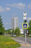 莫斯科,俄罗斯- 05 28 2015年 街道设计师Guskov,政府大楼工厂微米的看法在Zelenograd 免版税库存照片