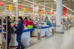 莫斯科,俄罗斯- 13 07 2015年 顾客在Zelenograd的超级市场欧尚 库存图片