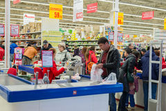 莫斯科,俄罗斯- 13 07 2015年 顾客在Zelenograd的超级市场欧尚 免版税库存图片