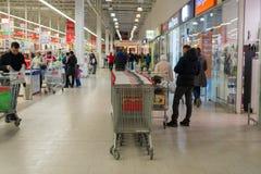 莫斯科,俄罗斯- 13 07 2015年 顾客在Zelenograd的超级市场欧尚 库存照片