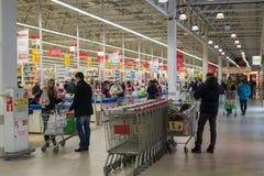 莫斯科,俄罗斯- 13 07 2015年 顾客在Zelenograd的超级市场欧尚 免版税库存照片