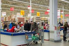 莫斯科,俄罗斯- 13 07 2015年 顾客在Zelenograd的超级市场欧尚 免版税图库摄影