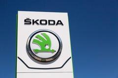 莫斯科,俄罗斯-, 2018年:从大众集团公司商标的斯柯达自动汽车制造商反对蓝天在莫斯科,拉斯 免版税库存照片