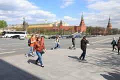 莫斯科,俄罗斯-, 13 2017年:在克里姆林宫的走的街道在Mosc 免版税库存照片