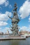 莫斯科,俄罗斯- 2017nSpring 3月23,与纪念碑的都市风景对彼得大帝 免版税图库摄影