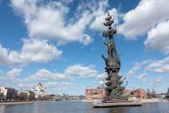 莫斯科,俄罗斯- 2017Spring 3月23,与纪念碑的都市风景对彼得大帝 免版税库存图片