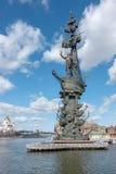莫斯科,俄罗斯- 2017Spring 3月23,与纪念碑的都市风景对彼得大帝 免版税图库摄影
