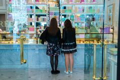 莫斯科,俄联盟2018年4月30日,两个女孩在法国法式蛋糕铺Laduree 库存照片