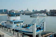 莫斯科,俄语联盟可以11日2018年:游轮靠码头对相反岸和口岸拖轮 免版税库存照片