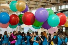 莫斯科,俄语, 6月12日:小组学生志愿与五颜六色的气球在韩国节日 免版税图库摄影