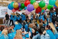 莫斯科,俄语, 6月12日:小组学生志愿与五颜六色的气球在韩国节日 图库摄影