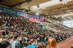 莫斯科,俄语, 6月12日:小组立场的观众在韩国节日 免版税库存图片