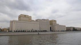 莫斯科,国防部俄罗斯联邦的 从莫斯科河的看法横跨伏龙芝城堤防 照相机 股票视频