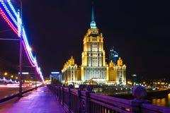 莫斯科,旅馆乌克兰夜视图  库存照片