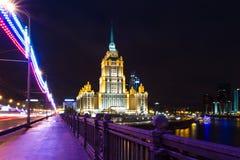莫斯科,旅馆乌克兰夜视图  免版税库存图片